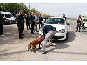 Çankırı Valisi Özcan, yol kontrol ve arama noktasında denetim yaptı