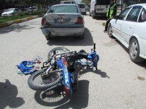 Plakasız Motosiklet Otomobile Çarptı, 1 Yaralı
