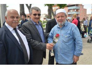 Altıeylül Belediyesi Gül Ve Hadis Dağıttı