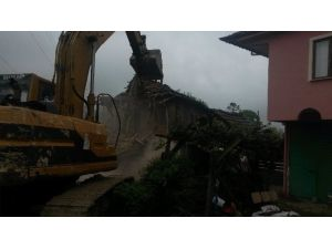 İzmit'te Hasarlı Binalar Yıkılıyor