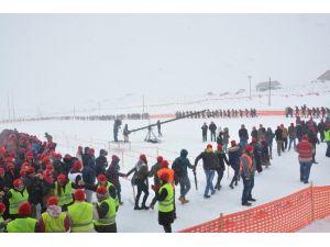 Ovit'ten Kar Altında Dünyaya Barış Mesajı Verdiler