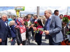 CHP'li Belediye Başkanı 10 Bin Adet Gül Dağıttı