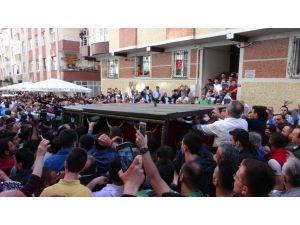 Şehit asker için evinin önünde helallik alındı
