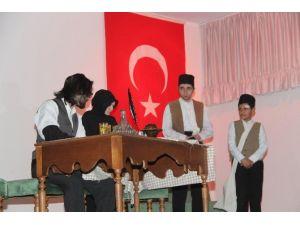 'İstiklâl Mecmuası Çanakkale' Tiyatrosu Ayakta Alkışlandı