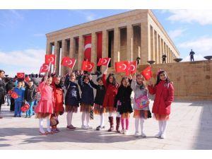Küçük ressamlar 23 Nisan'da Anıtkabir'de