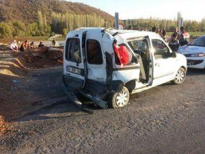 Kamyonla Hafif Ticari Araç Çarpıştı: 6 Yaralı