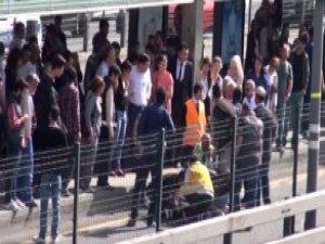 Metrobüs Yoluna Düşen Kadını Şoförün Dikkati Kurtardı