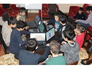 """Erzurum'da """"Minik Parmaklar Geleceği Programlıyor"""" Projesi"""