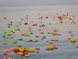 Hayatını Kaybeden Mülteci Çocuklar Anısına Ege Denizi'ne Renkli Kayıklar Bırakıldı
