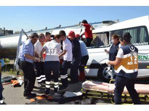 Osmaniye'de yolcu minibüsü tankere çarptı: 3 ölü, 11 yaralı