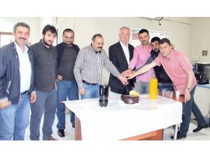 Gazetelerinin 20. yaş gününü pasta keserek kutladılar