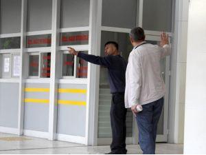 Belediye başkanıyla görüşmek için bina ve aracın camlarını kırdılar