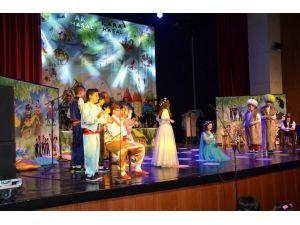 Şehir Tiyatrosu, 'AK Masal-kara Masal'ı Oynadı