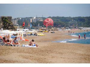 Antalya'da sıcaktan bunalan vatandaşlar denize girerek serinliyor