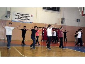 Efeler'de Gençlerin Ege Halkoyunlarına Yoğun İlgi