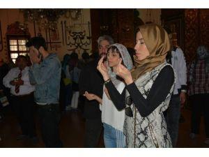 Şarkıcı Burcu Güneş Mevlana Türbesi'nde Dua Etti