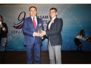 """Vali Işın'a """"Stratejik Vizyon Sahibi Bürokrat"""" Ödülü"""