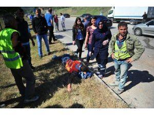 Tır Otoyol İnşaatı İşçilerini Taşıyan Minibüse Çarptı: 6 Yaralı