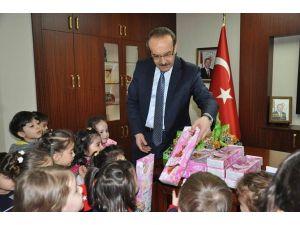 Miniklerden Vali Yavuz'a 23 Nisan Ziyareti