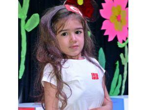 Okuma yazma bilmeyen 4 yaşındaki kız İstiklal Marşı'nın 10 kıtasını ezbere okudu