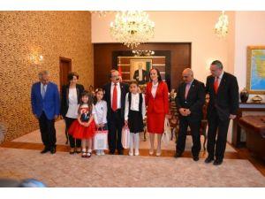 Vali Coş'tan Miniklere Bayram Jesti