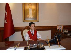 """Malatya Valisi""""nin Koltuğuna Oturan Öğrenci Çocuk Kaçırma Olaylarını Sordu"""