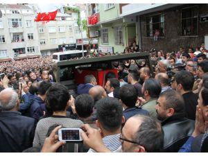 Şehidi binlerce mahalleli dualarla uğurladı