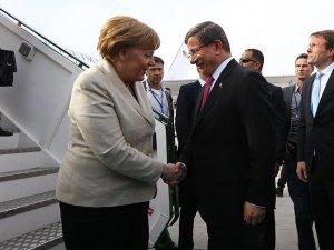 Başbakan Davutoğlu, Merkel'i karşıladı