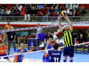 İBB, Fenerbahçe'yi 3-0, Halkbank ise Arkas Spor'u 3-2 mağlup etti
