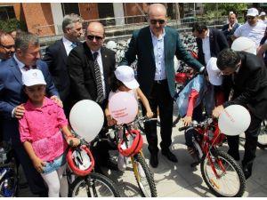 Numan Kurtulmuş Çocuklara Bisiklet Dağıttı
