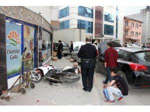 Yokuş Aşağı İnen Otomobil İki Otomobil Ve Motosiklete Çarptı