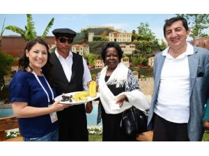 Ugandalı Kadın Bakan, EXPO 2016 Alanını Gezdi