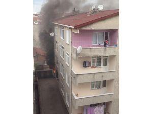 Balkonda çocuğuyla yangından kurtarılmayı bekledi