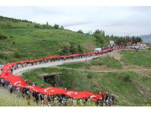 'Ermeni Soykırımı' İddialarına Karşı Dev Türk Bayrağıyla Yürüdüler