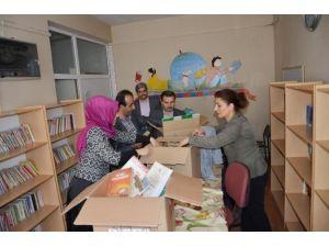 Okul Kütüphanesine Kitap Hediye Edildi