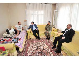 Vali Al yaralı güvenlik güçlerini evlerinde ziyaret etti
