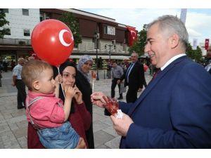 Başkan Zolan'dan Çocuklara Horoz Şekeri