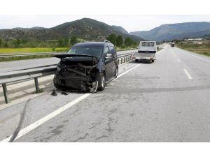 Çorum'da Otomobil Bariyerlere Çarptı: 3 Yaralı
