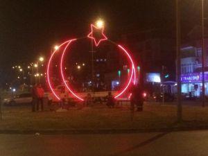 Gülüç'ün Girişine Işıklı Dev Türk Bayrağı