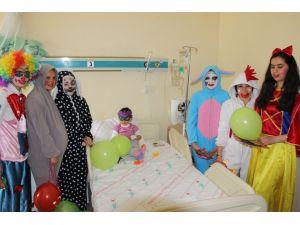 Hastanede yatan çocuklar moral buldu