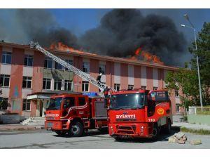 Malatya'da eski devlet hastanesi alevler içerisinde kaldı