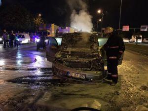 Hareket halindeki otomobil Vatan Caddesi'nde alev aldı