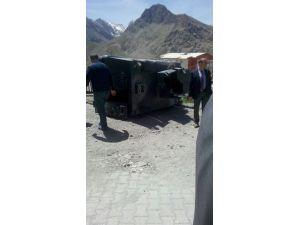 Hakkari'de zırhlı araç kaza yaptı: 2 polis ve 2 öğrenci yaralandı