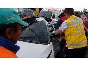 Otomobilde sıkışan yaralıları itfaiye kurtardı