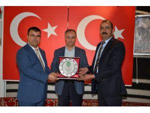 Rektör Prof. Dr. Aykut Gül'e Teşekkür Plaketi