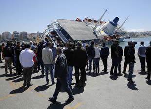 Venturis Sea Lines'in yolcu gemisi Pire Limanı'nda yan yattı