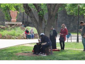 Diyarbakır'da TEOG'a Giren Öğrencilerin Velileri Parklara Akın Etti