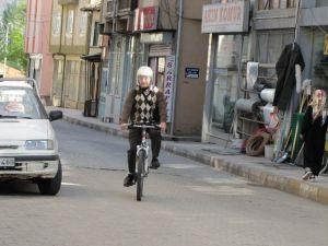 İşine Bisikletle Gidip Geliyor