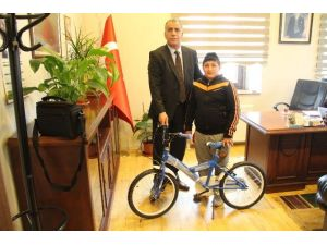 Belediye Başkan Yardımcısı Üzülen Öğrenciye Bisiklet Hediye Etti