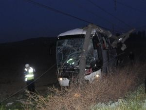 Yolcu Otobüsü Elektrik Direğine Çarptı: 1 Yaralı